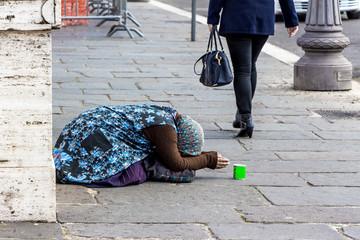 Bettlerin auf einer Straße
