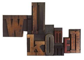 Willkommen, geschrieben mit alten Holzbuchstaben