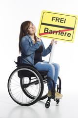 junges Mädchen im Rollstuhl wirbt für Barrierefreiheit