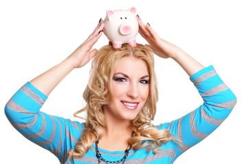 Frau setzt sich ein Sparschwein auf den Kopf