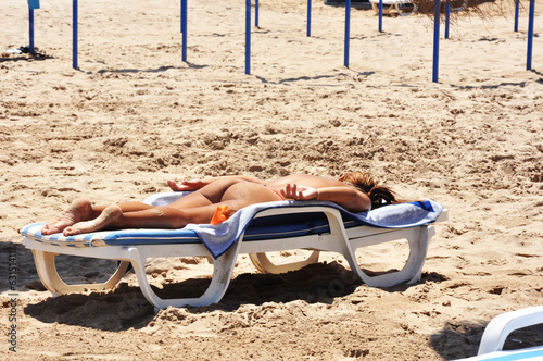Mujer desnuda tomando el sol en playas galleries 910
