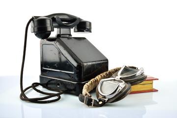 telefono a manovella e occhiali da guida