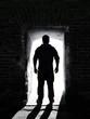 Mann steht in Tür