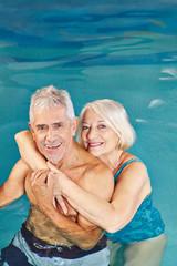 Glückliche Senioren baden im Schwimmbad