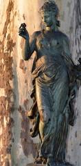 statue...femme tenant une rose
