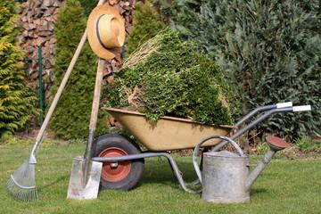 Gärtner hat sein Werkzeug im Garten stehen gel.
