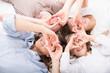 Familie im Bett liegend mit Herz vor den Augen