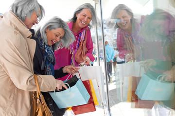 Seniorinnen haben Spaß beim Shoppen