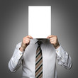 Mann mit Schild vor dem Kopf