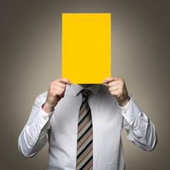 Mann mit Gelben Karton vor dem Gesicht (Anonym)