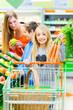 Famile beim Einkaufen im Lebensmittelmarkt