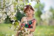 Красивая девочка на прогулке в саду
