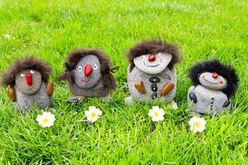 Steinmännchen Familie  im Gras mit Blumen