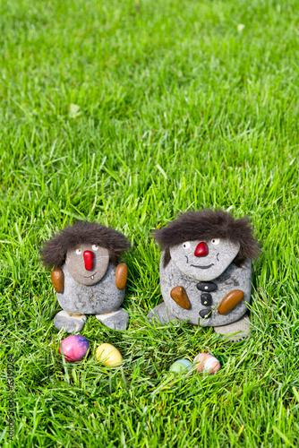 canvas print picture Zwei Steinmaennchen mit Ostereiern  im grünen Gras, hoch