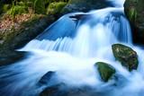 Wasserfall in kühlen Farben