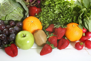 frutta e verdura tavolo bianco