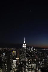 New York vue aérienne de nuit avec la lune