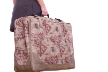 Frau verreist mit großem Koffer