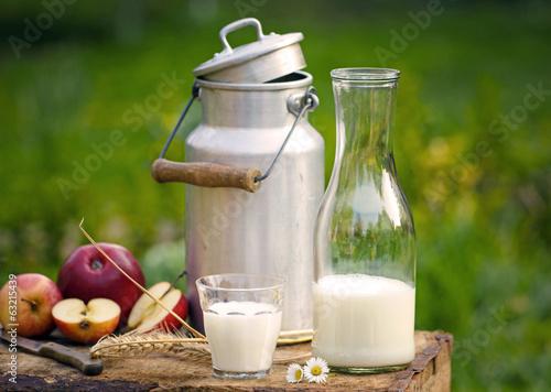 Leinwandbild Motiv Milch, Milchkanne und Äpfel