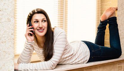 Молодая красивая женщина разговаривает по телефону