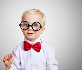 Lustiger Junge mit dicker Brille