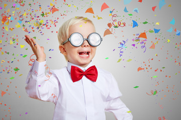 Kind feiert Einschulung mit Konfetti