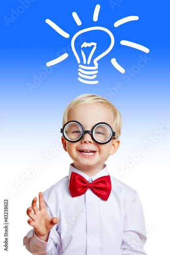 Kind hat Idee mit Glühbirne über dem Kopf