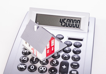 Wohnhaus und Taschenrechner