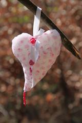 Herz hängt an einem Ast im Wald