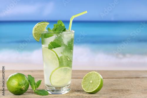 Mojito Cocktail am Strand im Urlaub