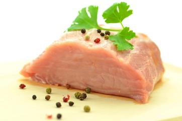 surowe mięso wieprzowe na desce do krojenia