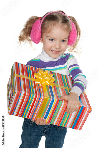 Prettyl little girl with a gift box