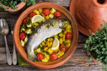 Tajine mit Forelle, Kartoffeln und Gemüse