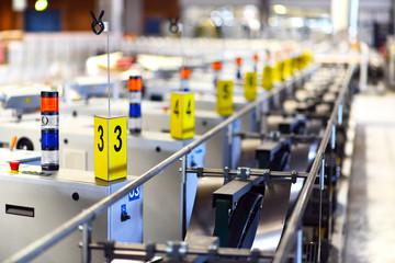 Industriemaschinen mit Nummerierung / Fliessband