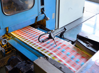 ferige Prospekte in Druckerei // printing machine