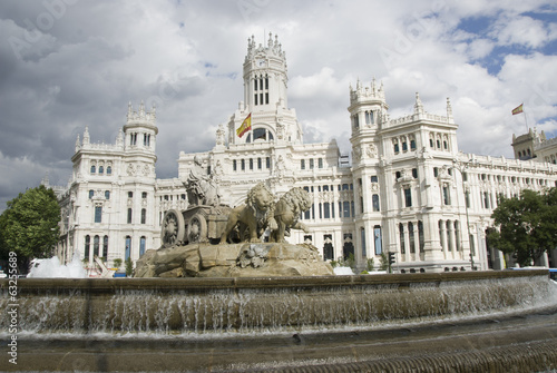 Leinwanddruck Bild Madrid city hall and fountain