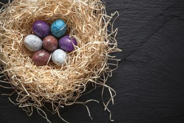 Oeufs de Pâques dans nid