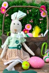 Hasendame mit Osterkorb