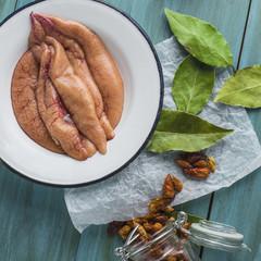 Huevas frescas preparadas en la mesa para cocinar
