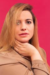 Portrait einer schönen Frau mit langen blonden Haaren