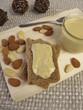 Mandelmus auf Brot