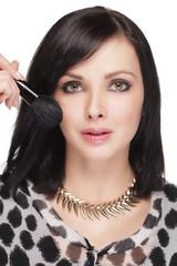 Attraktive Frau beim schminken