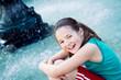 Obrazy na płótnie, fototapety, zdjęcia, fotoobrazy drukowane : Bambina felice alla fontana