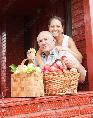 couple with   baskets   of apples