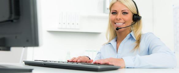 sekretärin sitzt am computer