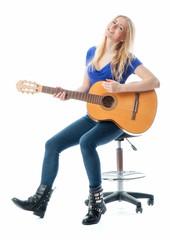 Blondes Mädchen mit Gitarre