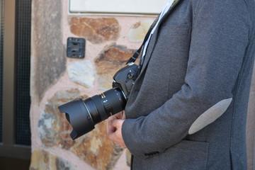 Fotografo con camara reflex en la mano