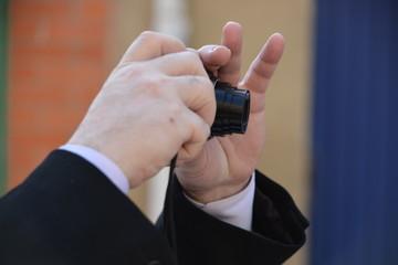 Fotografo con camara compacta en la mano