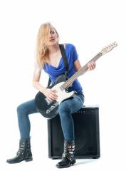 Blondes Mädchen mit E-Gitarre