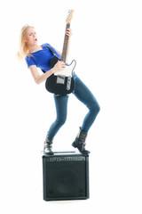 Frau mit E-Gitarre und Verstärker